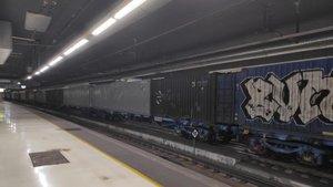 Tren de mercancías aparcado en una vía de Sants para proteger las líneas del AVE.
