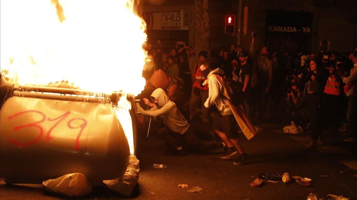 Disturbios en la calle de Balmes, el pasado jueves.