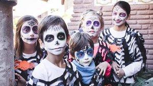 Gente menuda en el Halloween del Poble Espanyol.
