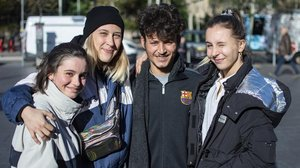 Martina, Xènia, Manu y Clara, en plaza de la Universitat.