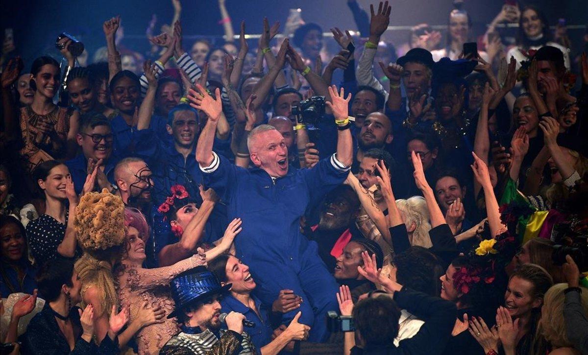 Jean Paul Gaultier, a hombros de una multitud de modelos, este miércoles en el teatro Châtelet de París.