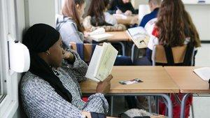 Una alumna de secundaria del instituto Domus d'Olivet de Canovelles lee un libro en clase.