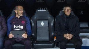 El preparador físico Fran Soto y Quique Setién, en el banquillo del Bernabéu.