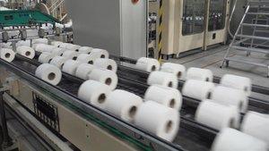 Cadena de producción de papel higiénico, en una fábrica.