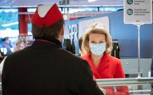 Matilde de Bèlgica visita un supermercat amb guants i mascareta