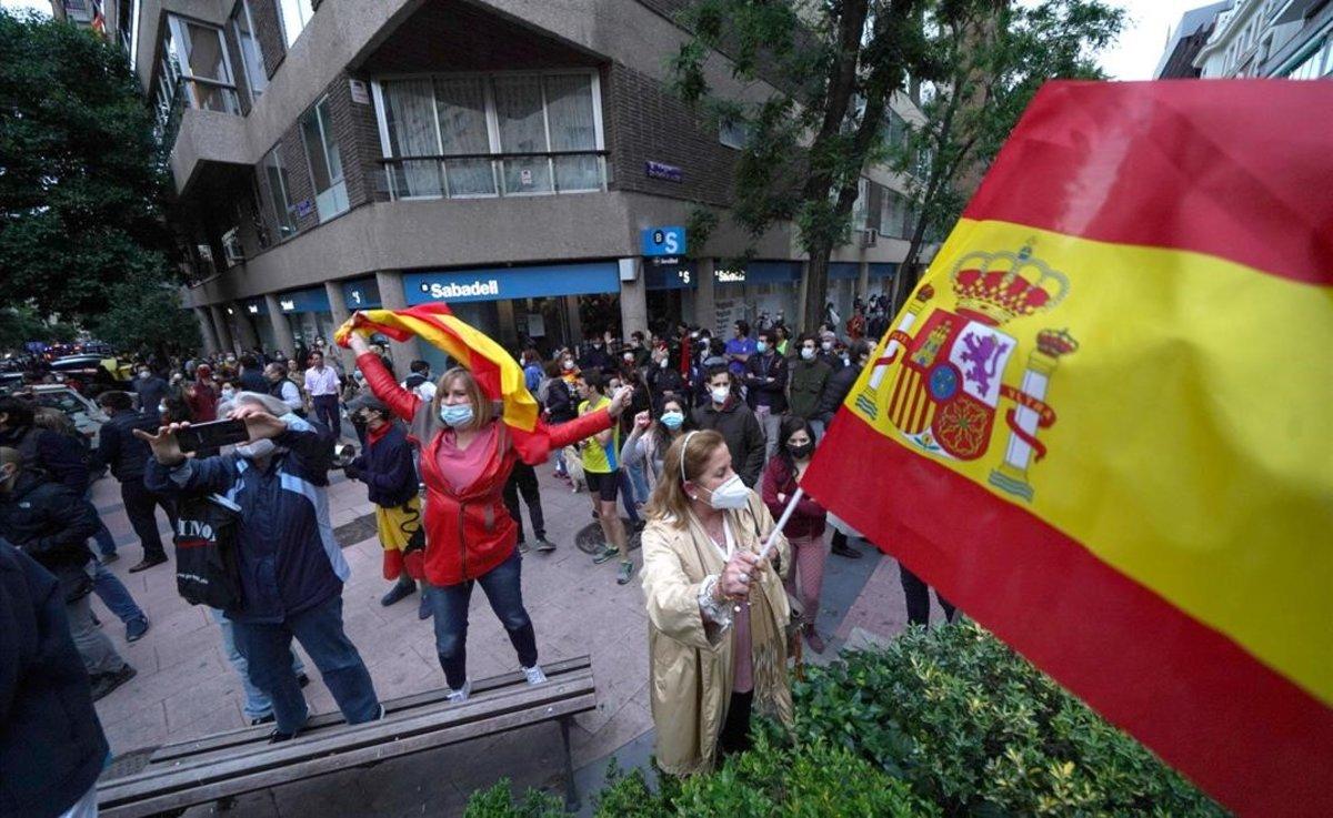 Concentración en la madrileña calle de Núñez de Balboa contra el Gobierno de Pedro Sánchez.