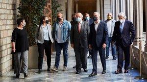 Collboni, en el ayuntamiento, con el resto de firmantes del pacto por la movilidad labora, este lunes.