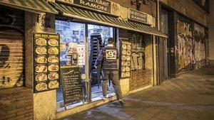 El dueño de un bar de Barcelona echa la persiana el pasado 16 de octubre.