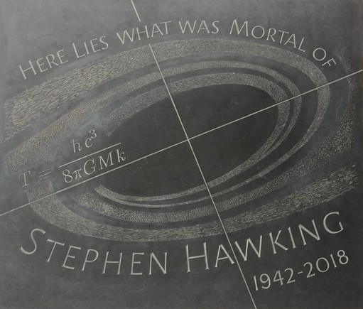 Lápida de Stephen Hawking con su ecuación más famosa como epitafio.