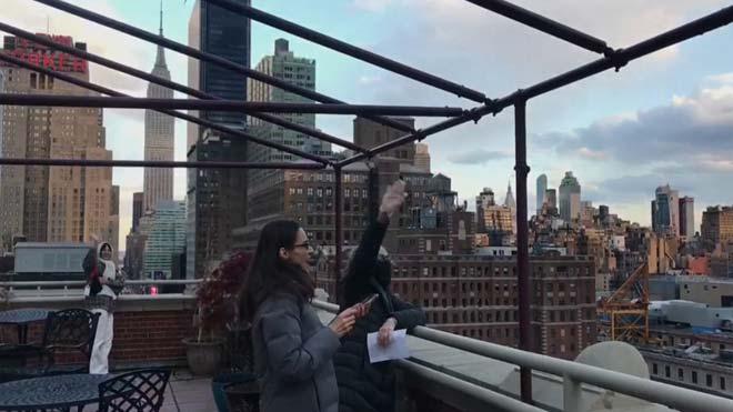 Els novaiorquesos entonen des de les finestres el 'New York, New York' de Frank Sinatra
