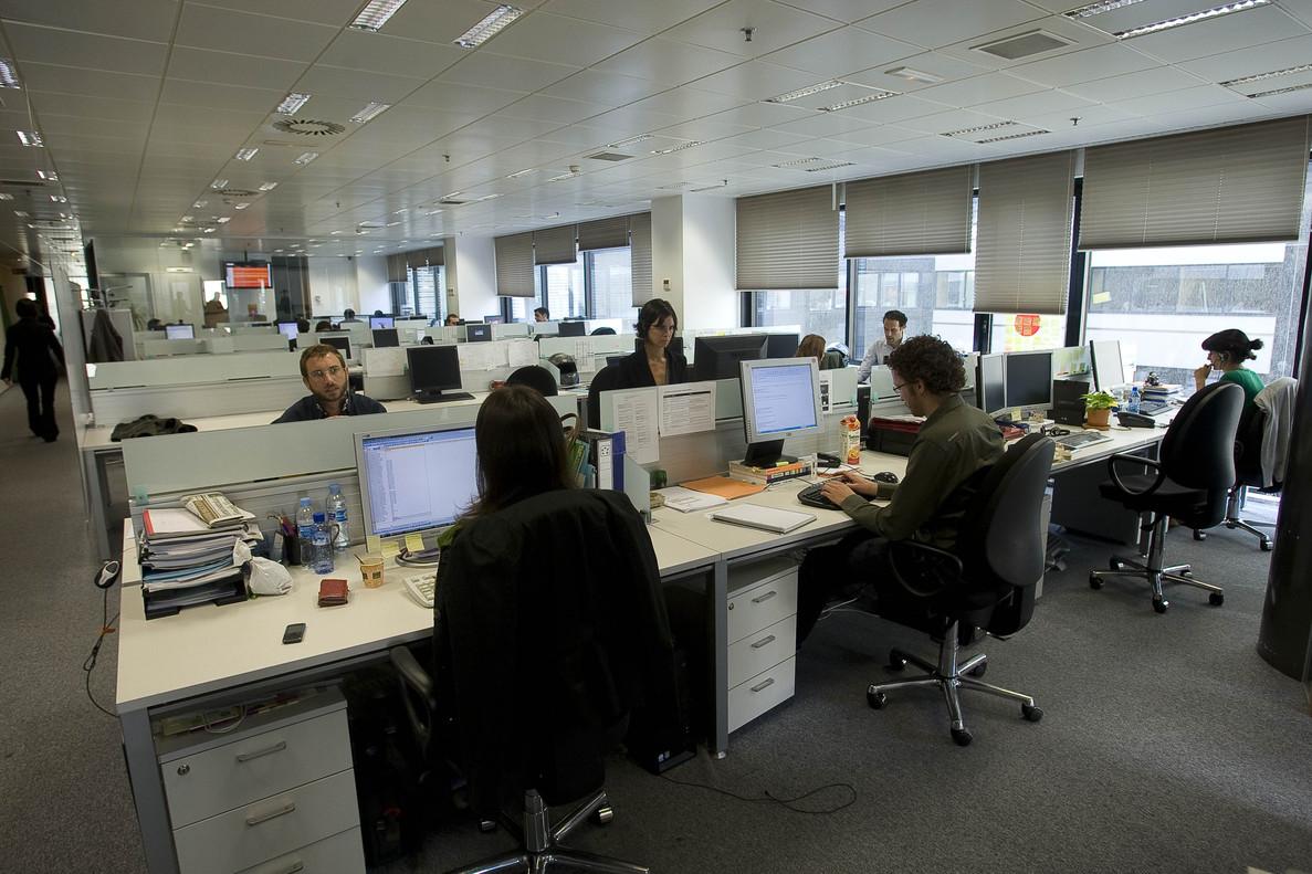 Un grupo de empleados, en su puesto de trabajo, en una imagen de archivo.