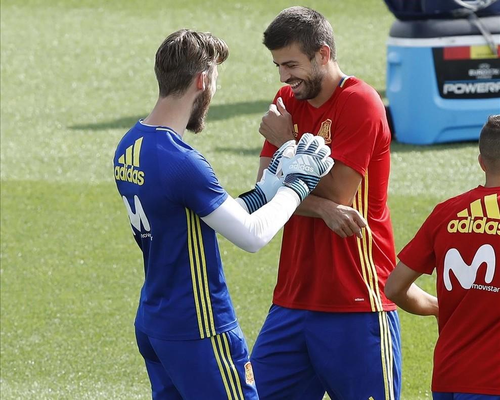 De Gea y Piqué bromean durante el entrenamiento de la selección española. 2d7ffc420a735