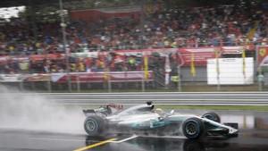 Lewis Hamilton pilota sobre el empapado asfalto de Monza.
