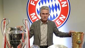 Jupp Heynckes posa con los cuatro títulos conseguidos con el Bayern en la temporada 2012-13.