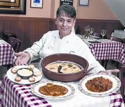 Arànega, con platos de bacalao en su restaurante del Paral·lel.