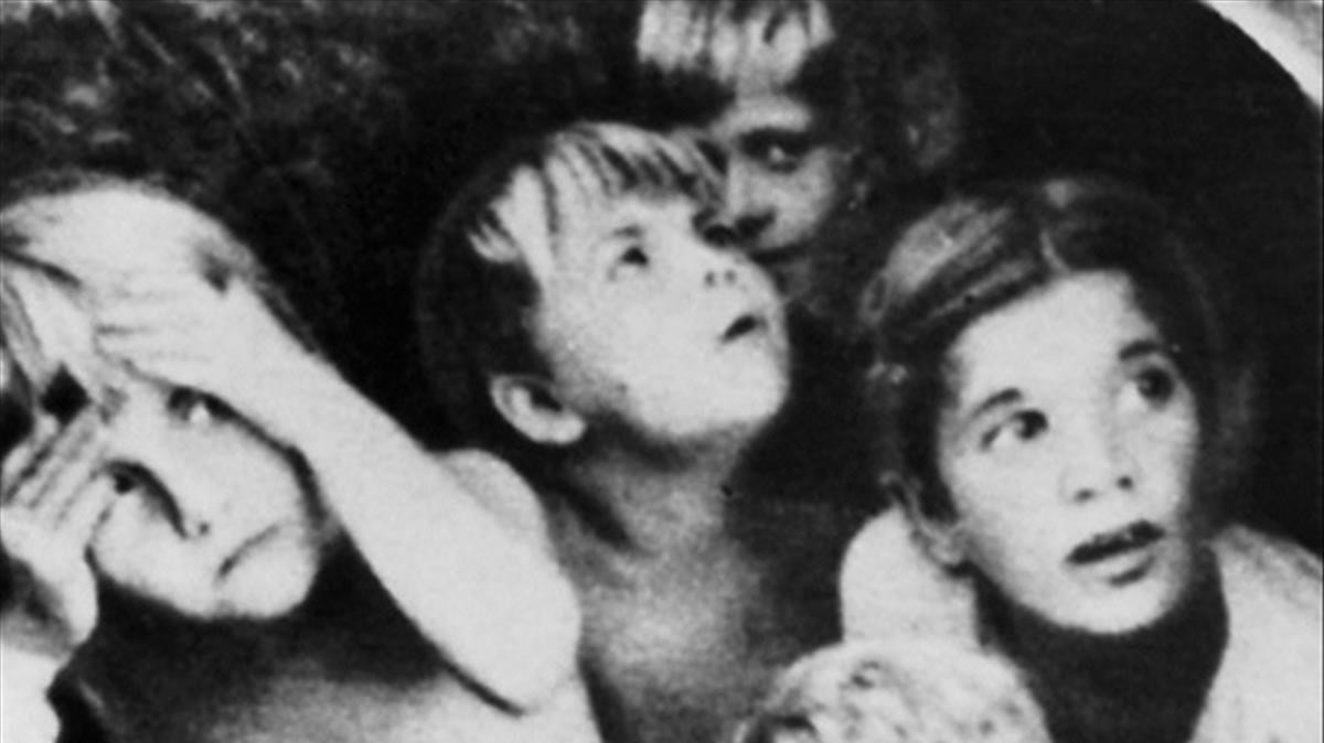 Niños durante un bombardeo en Stalingrado, en una imagen del libro de Jochen Hellbeck.