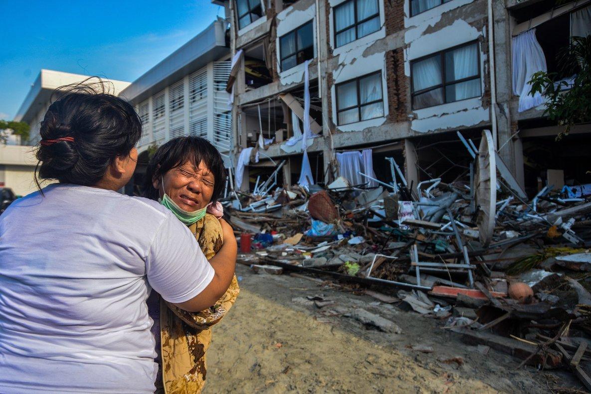 PALUINDONESIAUna mujer llora mientras los miembros del personal de rescate buscan victimas bajo los escombros de un hotel tras el terremoto y posterior tsunami en PaluIndonesia.EFEIqbal Lubis