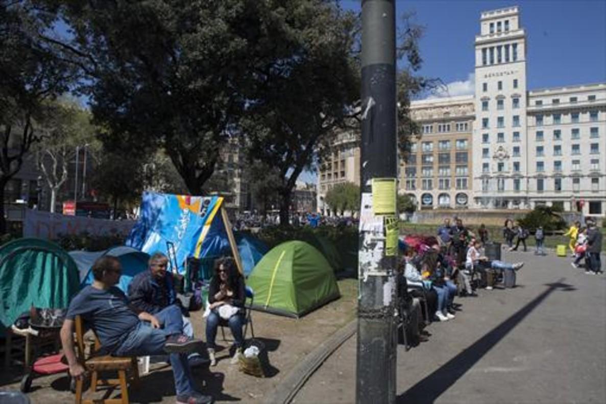 La acampada de personas sin hogarde la plaza de Catalunya.
