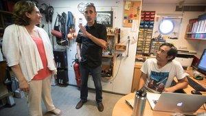 Ada Colau durante una visita al barco Rainbow Warrior de Greenpeace