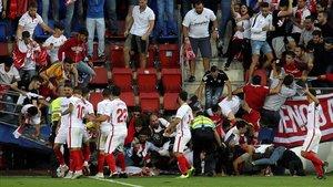 Aficionados del Sevilla han sufrido un accidente este sábado al derrumbarse una valla en el partido contra el Eibar.