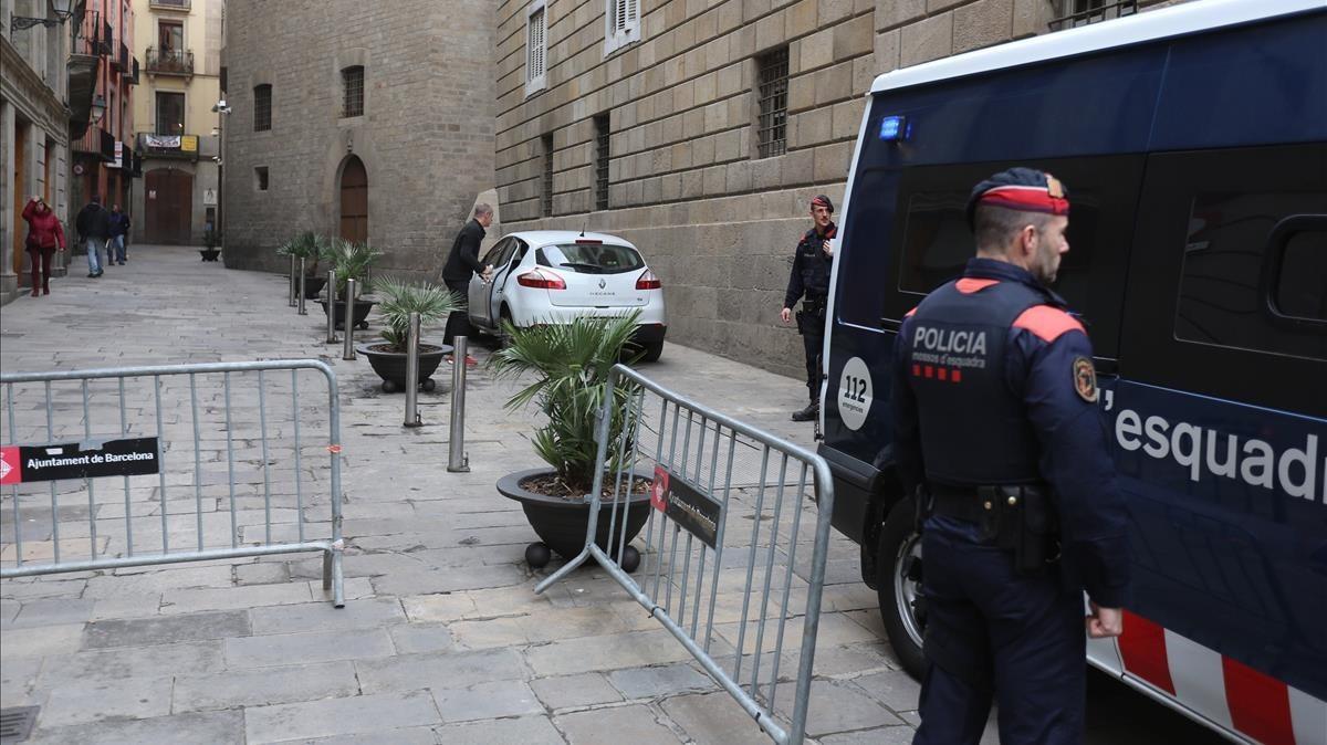 Agentes de los Mossos ante unade las entradas laterales al Palau de la Generalitat.
