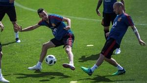 Busquets y David Silva disputan un balón en Las Rozas.