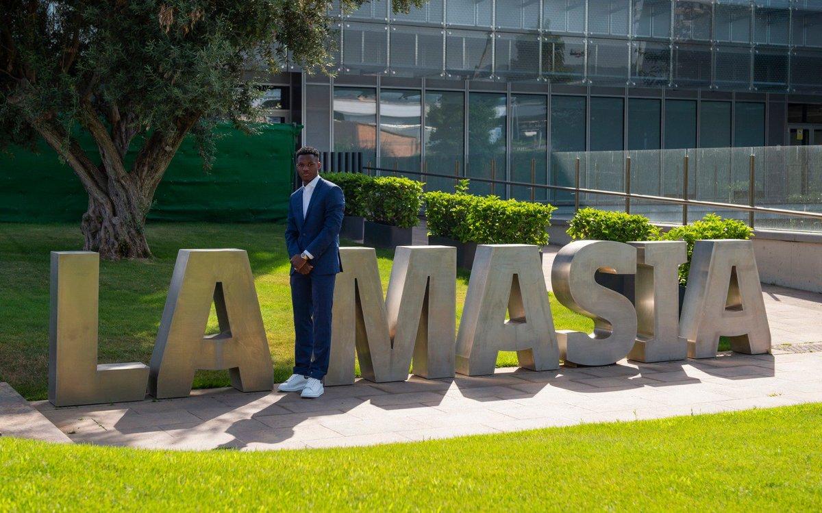 Ansu Fati, en La Masia tras la firma de su nuevo contrato.
