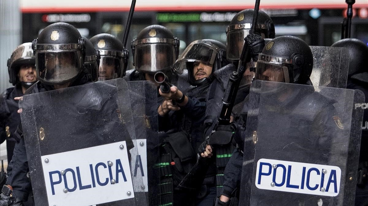 Un momento de la actuación de los antidisturbios de la Policía ante el colegio Ramon Llull de Barcelona el 1 de octubre de 2017.