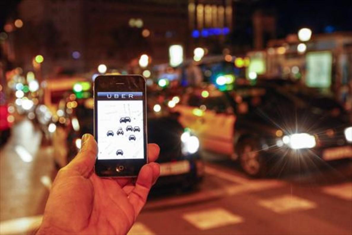 La aplicación Uber en funcionamiento en Barcelona, en el 2014.