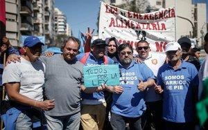 Los ciudadanos en Argentina protestan por la crisis ecónomica y alimentaria.