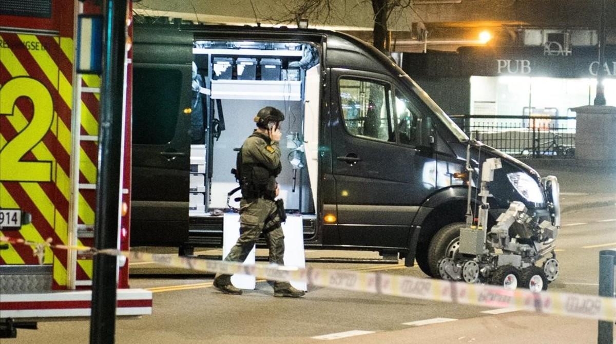 Artificieros de la policía noruega, en elcéntrico barrio de Oslo acordonadopor un paquete sospechoso, la noche del sábado al domingo.