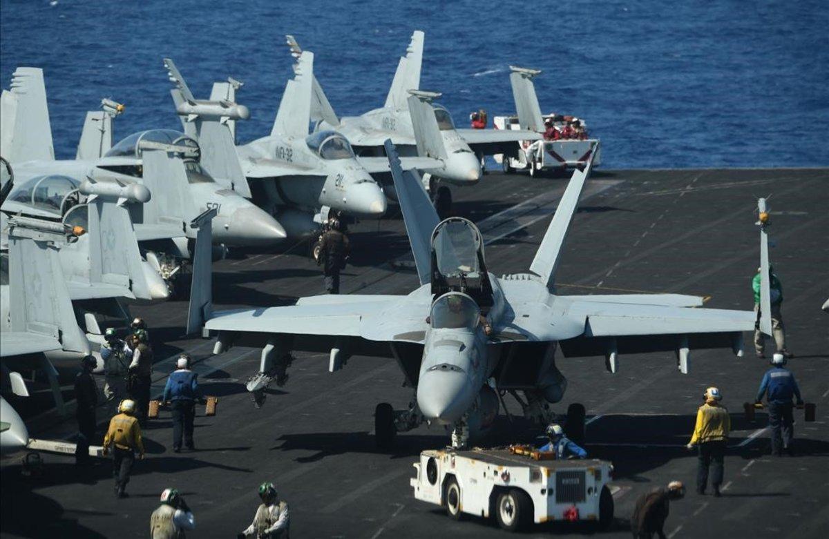Aviones de combate Hornet, a punto de despegar durante un entrenamiento de rutina a bordo del portaaviones estadounidense Theodore Roosevelt en el mar de China, el pasado abril.