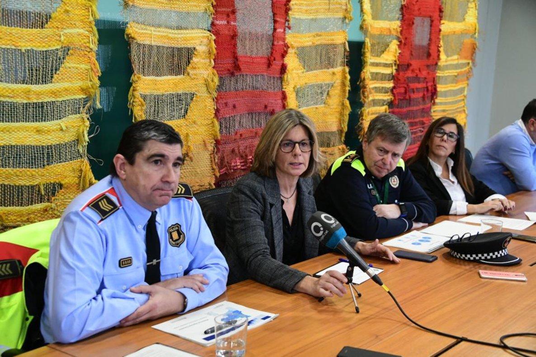 La alcaldesa de Sant Cugat, Carmela Fortuny, y los mandos de la Guardia Urbana del municipio, este lunes.