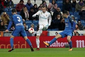 Bale, en acción, anoche, en su reaparición en el Bernabéu, tras 63 días de baja con el Real Madrid.