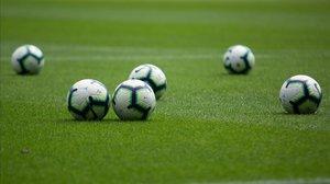 El balón lleva semanas esperando a los futbolistas, que tienen miedo
