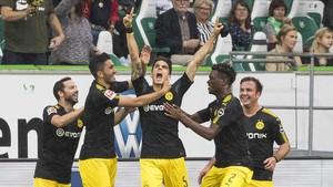 Bartra muestra el crespón negro tras marcar su gol.