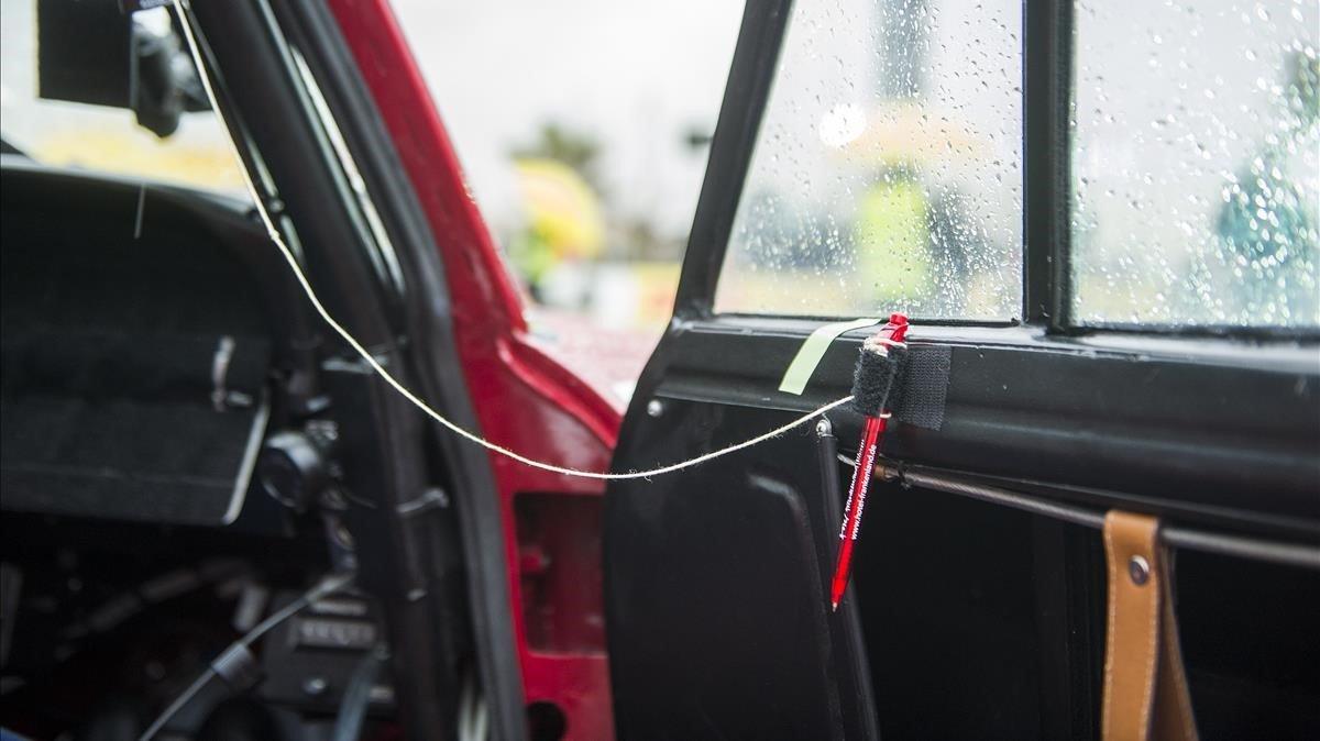 Un bolígrafo en el interior de un coche