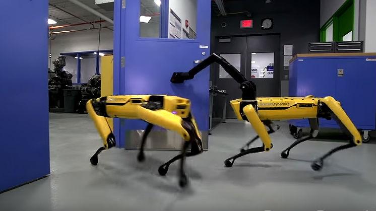 Boston Dynamics ha lanzado una nueva versión de su perro colabora con otros perros para abrir puertas y escapar.