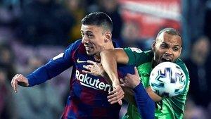 Braithwaite pelea con Lenglet en el partido de octavos de final de la Copa del Rey jugado en el Camp Nou.
