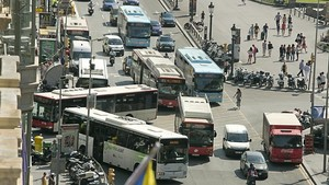 Caos de buses en el cruce entre Ronda Universitat y Rambla de Catalunya.