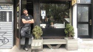 Ali Sahin en C&B, su café restaurante en el East Village de Nueva York reconvertido en panadería durante la crisis del coronavirus.