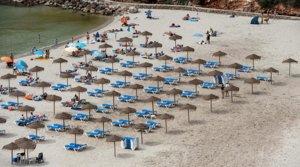 La Cala en Porter de Menorca, con multitud de hamacas vacías por la falta de turistas, el 29 de julio.