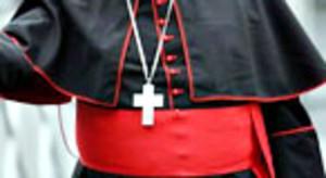 Un cardenal, con la cruz cristiana.