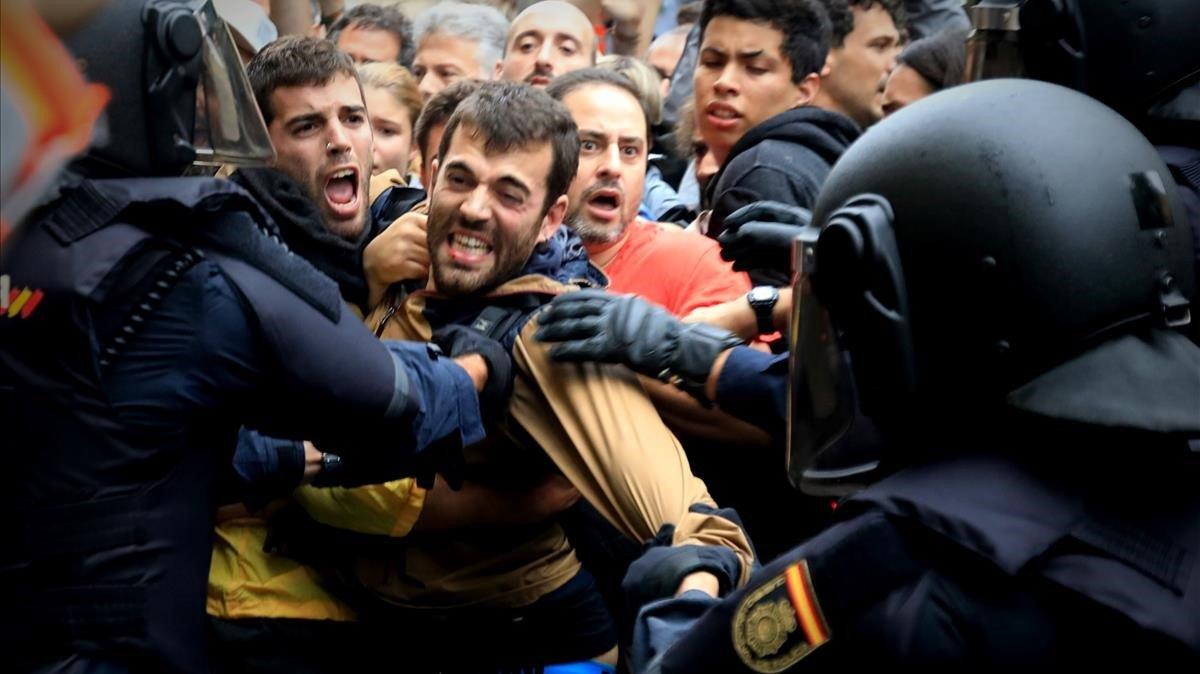 Carga policial en la escuela Ramon Llull de Barcelona el 1-O