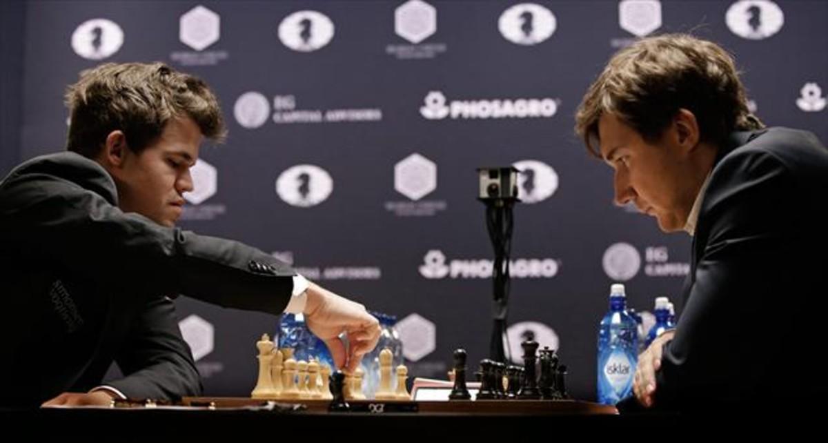 Carlsen, con blancas, mueve pieza ante Karjakin, durante el Mundial de Nueva York.