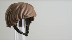 El casco con forma de pelo de un click de Playmobil, prototipo de la empresa MOEF.