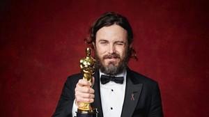 Cassey Affleck posa con el Oscar al mejor actor por su papel en Manchester frente al mar.