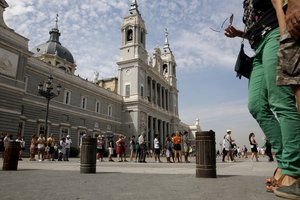Turistas delante de la catedral de la Almudena.