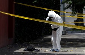 Especialistas investigan en el lugar de un crimen en México.