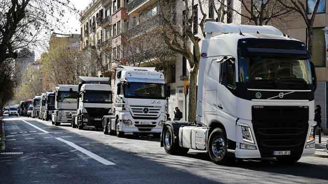 Centenares de camiones marchan por las calles de Barcelona para pedir mejoras.